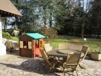 autre vue du parc : la cabane  au trésors pour les enfants située sur la terrasse sud de 150 m2 .