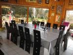 La salle à manger avec sa double table pour 16 à 30 convives largement ouverte sur le parc de 4000m2