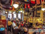 Muitas opções de bares, restaurants