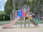 Jeux pour enfants, également espace ping-pong, terrain multisports, pétanque : idéal pour les vac'