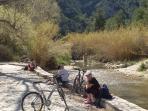 Descanso junto al Rio Serpis, al tramo de 'la Fábrica de l'Infern'. Racó del Duc.