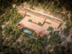 Vista aerea de nuestro complejo rural. Podeis observar el amplio jardín interior.