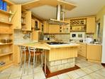 Spacious and fully equipped kitchen with island cooktop