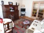 Salon séjour avec tables, canapé, TV et chaine HIFI