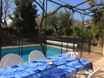 piscine avec barrière de sécurité