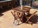 La terraza de 65 m2 es una invitación a desayunar, comer o cenar. Al lado de la barbacoa.