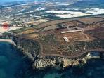 Il promontorio di Kamarina, antica colonia greca, a 1 km da  Scoglitti, con museo archeologico.