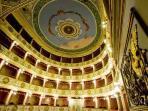 Gli interni del delizioso Teatro di Vittoria.