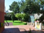 Jardín y zona infantil