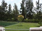 Vistas al jardín desde la terraza, con campo de golf al fondo