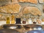 Detalle de la cocina ( aceite, vinagre, pimienta, sal, café, azúcar, cacao e infusión).