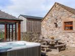 THE COWSHED, all ground floor, outdoor seating, fantastic views, great base for walking, Ref 914085