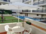 Terraza privada con vistas a la piscina