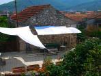 Terrasse mit Sonnensegeln