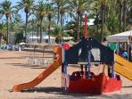 Parque infantil en la playa de Mar de cristal para disfrutar