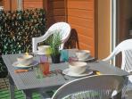 Repas sur la terrasse, grand parasol à votre disposition