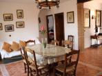 Salón con chimenea, TV 40', sofás y mesa central de madera