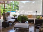 Terraza exterior cubierta con pa piscina al fondo