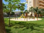 parque infantil y pista padel del complejo