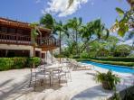 Terraza, piscina y villa