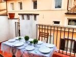 terrazzo con tavolo per 4 persone