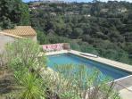 piscine vue depuis la terrasse de la maison
