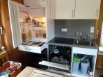 Küche mit E-Herd, Kühlschrank, Spühlmaschine, Backofen und sämtlichen Küchenutensilien bis 6 Persone