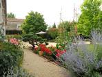 Le jardin est fleuri et bien entretenu. Au fil de votre promenade, découvrez des endroits de détente