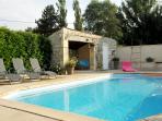 L'accès à la piscine (chauffée) est compris dans le prix de la nuit!