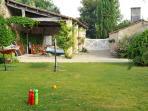 Cuisine d'été, terrain de boules et autres jeux d'extérieur à la disposition des hôtes.