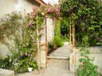 Profitez du jardin: de ses curiosités et espaces de détente.