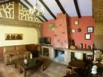 Salón con chimenea y juegos de mesa, libros de lectura, ideal para desconectar