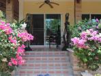 Une des nombreuses entrees terrasse de la maison