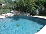 Bonjour, voici la piscine et sa cascade
