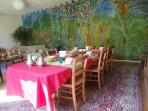 La salle des petits déjeuners et sa nouvelle fresque.