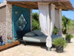 Lounge bed aan het zwembad.
