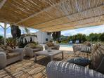 Overkapt lounge terras.