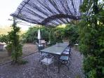 giardino con tavolo per 12 persone, barbecue sedie e poltrone