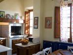 cucina piano terra con tavolo per 12 forno camino, microonde, piano cottura 5 fuochi, lavastoviglie.