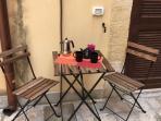 particolare tavolino per colazione in esterno