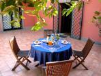 colazione in giardino nel b&b castel gandolfo