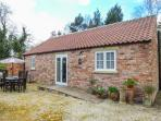 STABLE COTTAGE, pet-friendly, single-storey cottage, underfloor heating, close