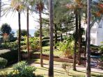Vue du jardin, de la promenade maritime et la mer.