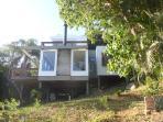 A casa usa diversos materiais ecológicos e segue um estilo contemporâneo.