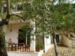 Casa immersa nel verde del parco Maiella e Morrone. completa di tutto, portico e giardino. privato,