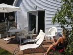 La terrasse plein  sud avec salon de jardin
