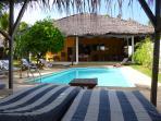 Piscine et espace détente, salle à manger, coin salon, cuisine Villa Le Mérou d'Or.