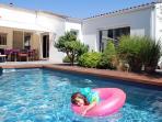 Grande maison avec piscine sécurisée, idéale pour les familles.