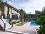 Veranda infrond of the pool