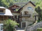 Homely Chalet quiet location. Close to all amenities. 1 1/2 minutes to Centre Ville & Telecabine